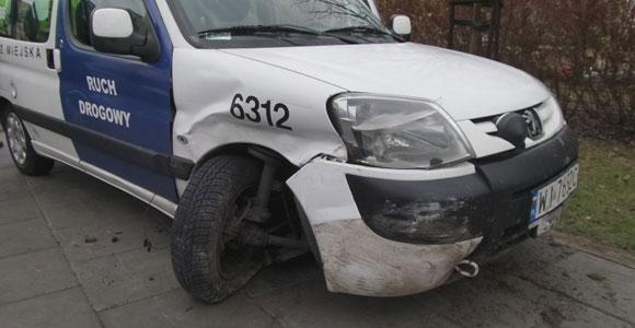 Uszkodzony samochód straży miejskiej w Warszawie