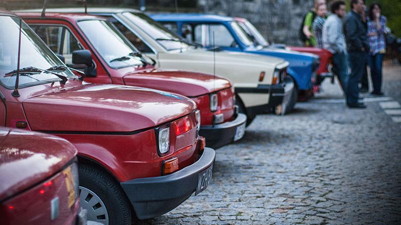 Na Skarpie odbywają się spoty Youngtimer Warsaw - można tam spotkać fanów starych samochodów