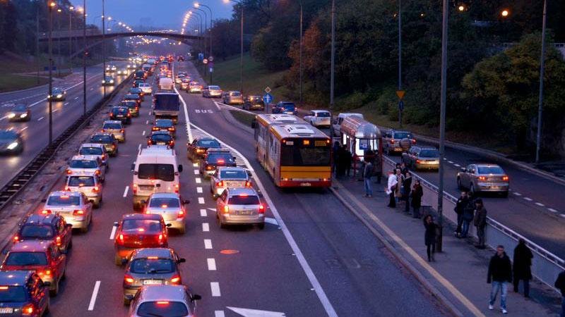 Wypożaczane samochody mogłyby jeździć po buspasach w Warszawie