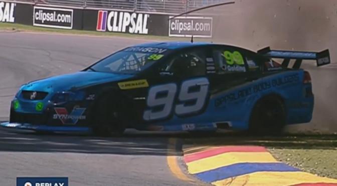 Efektowny wypadek na torze wyścigowym w zwolnionym tempie (slow motion) – ten materiał wideo robi ogromne wrażenie