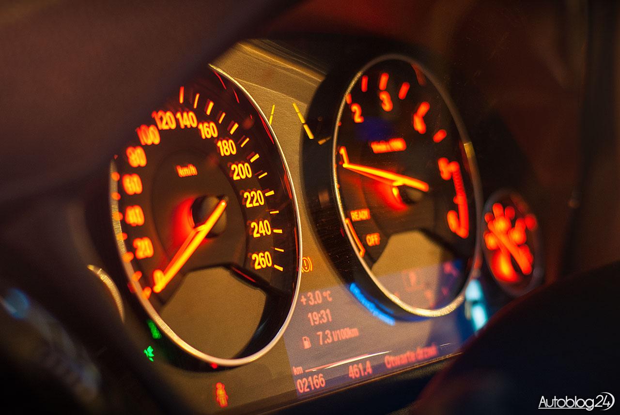 Detal - zegary BMW 3GT nocą