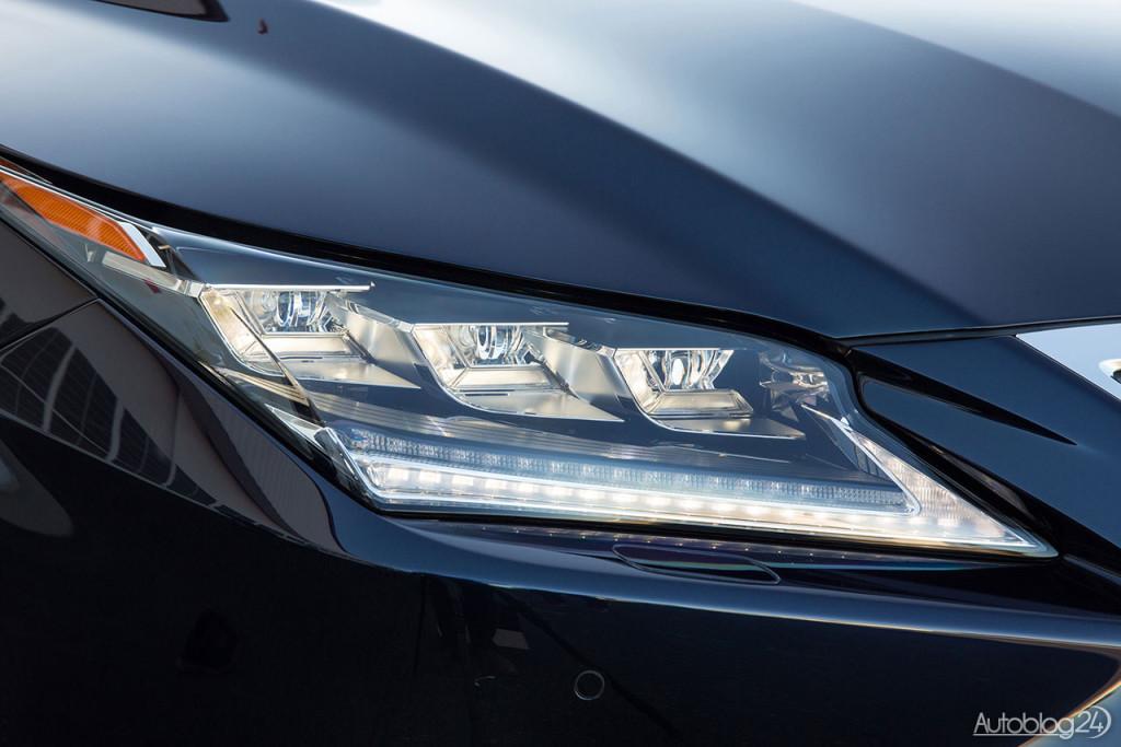 Nowy Lexus RX (2016) - przednie światła wykonane zostały w technologii LED