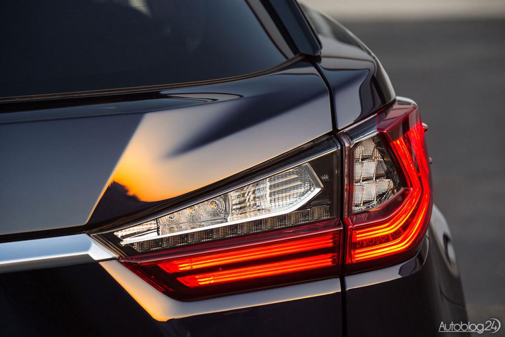 Tylne świetła nowej generacji Lexusa RX - zastosowano tu diody LED