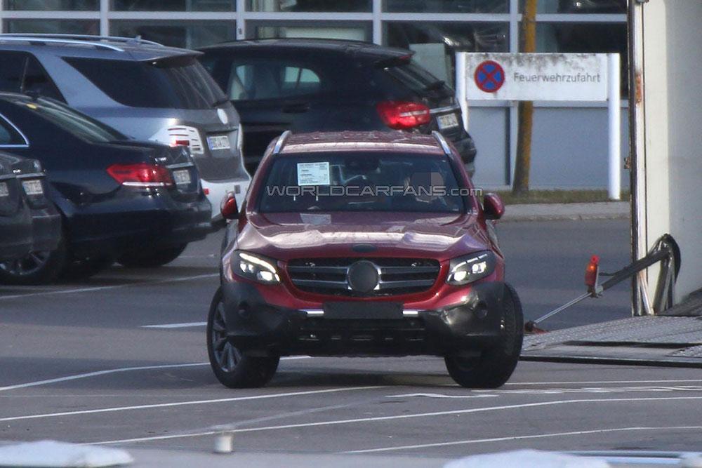 Nowy Mercedes GLC ze skręconymi kołami