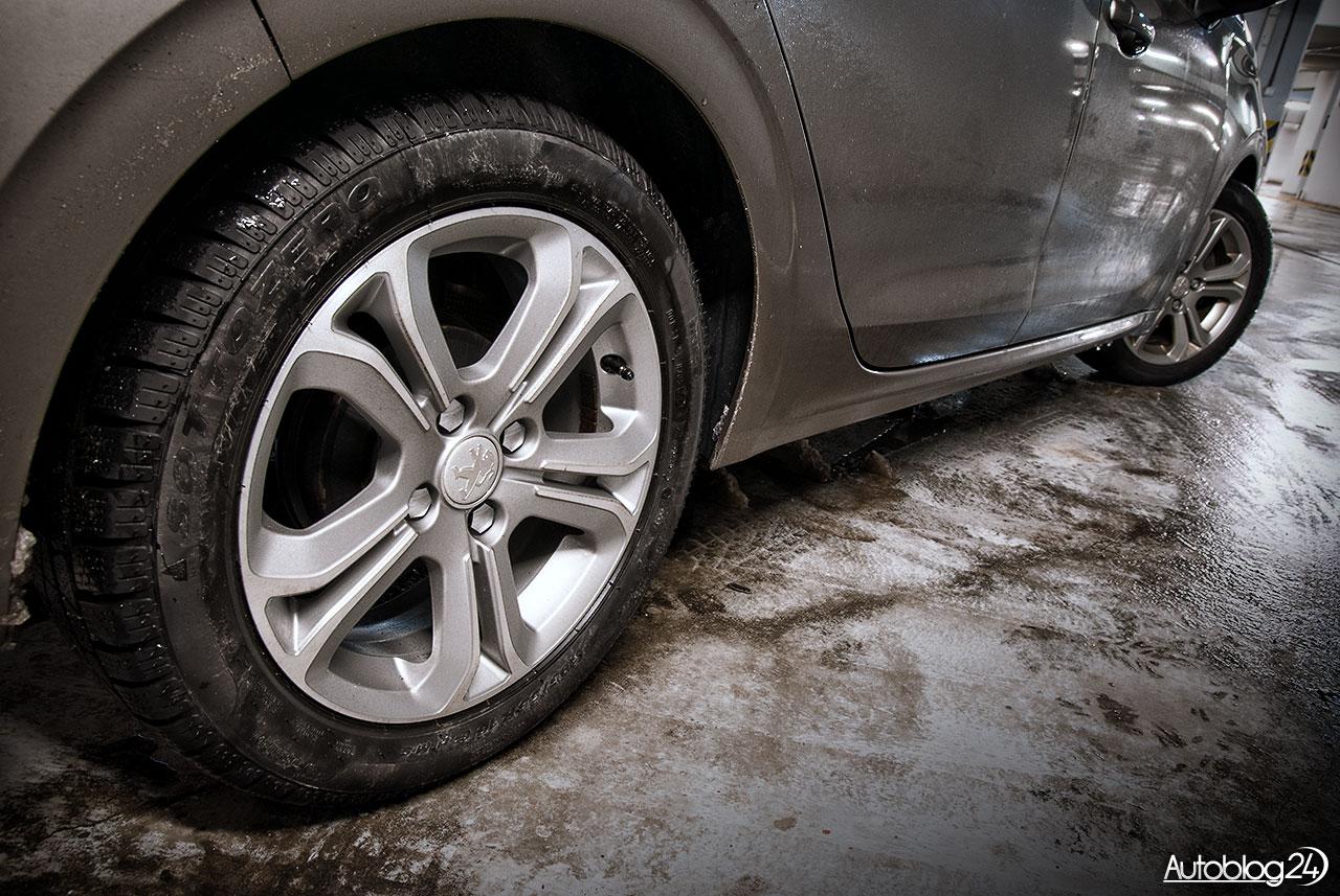 Peugeot 208 - ciężko w zimie zachować czystość samochodu