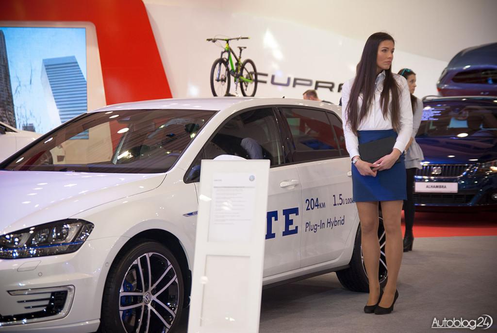 Poznań Motor Show hostessy - piękna kobieta i Volkswagen GTE