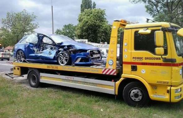Uszkodzone Audi RS6 po zderzeniu z tramwajem