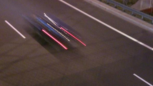 Samochód mknący po drodze ekspresowej