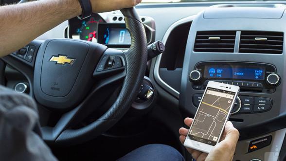 Smartfon w samochodzie to bardzo częsty widok