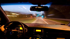Jak uniknąć mandatu za zbyt szybką jazdę? Wystarczy mieć… głośny i stary samochód
