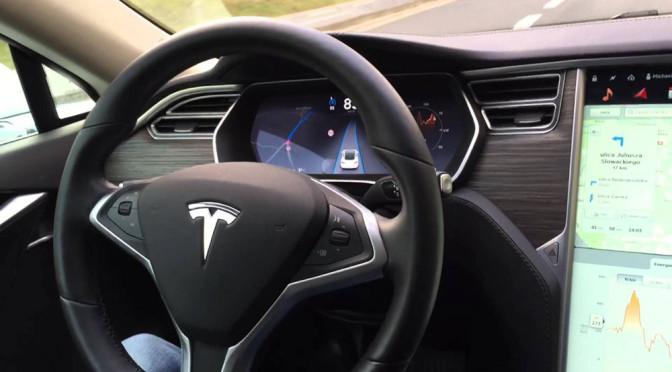 Autopilot w samochodach Tesla to wspaniała rzecz, z której strach korzystać