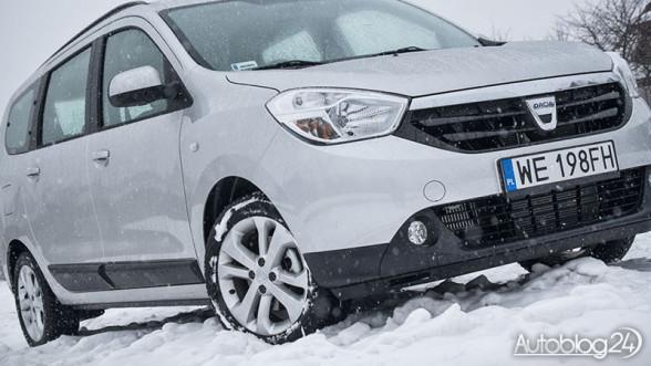 Śnieg i Dacia Lodgy na parkingu