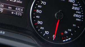 Samochód na mrozie i jego odpalanie – grzać silnik, czy jechać?