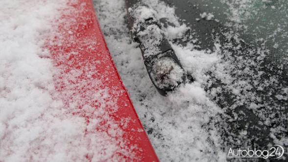 Zmarznięty śnieg na szybie to nic przyjemnego