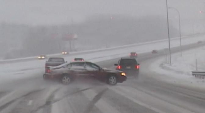 Zima - wypadki i przygody na drogach nagrane na wideo. Bardzo ciekawa kompilacja