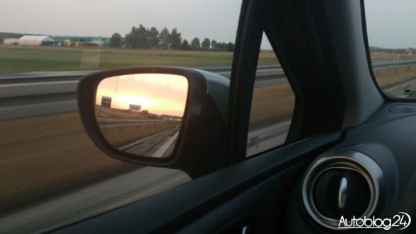 Jazda samochodem - widok w lusterku