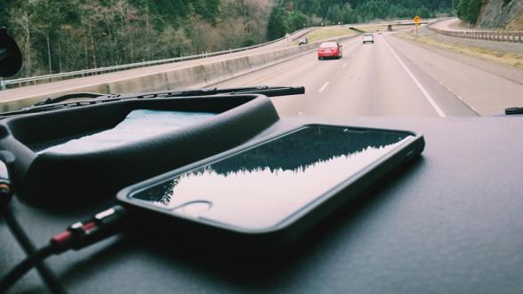 Smartfon (iPhone) - ładowanie w samochodzie