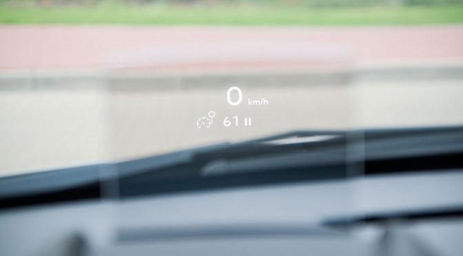 HUD (Head-Up Display) na przedniej szybie w samochodzie - zalety tej technologii i sposoby wyświetlania informacji