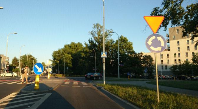 Jazda po rondzie - pierwszeństwo, kierunkowskazy i inne porady związane ze skrzyżowaniami o ruchu okrężnym