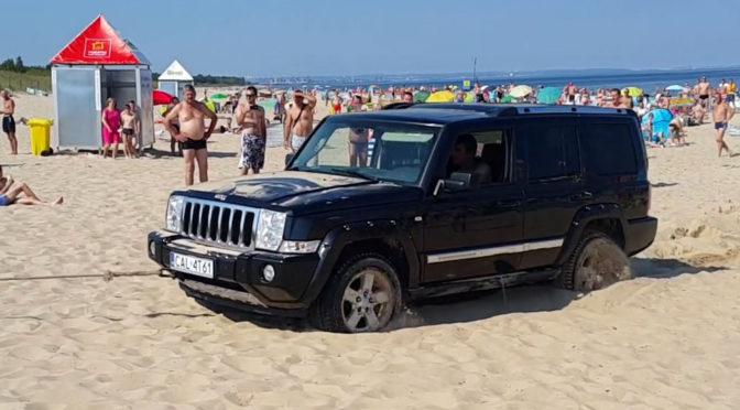 Samochód terenowy utknął na plaży – drogowe opony i piasek to złe połączenie [wideo]
