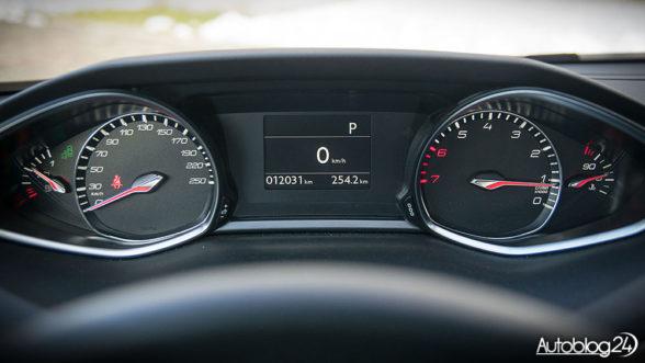 Peugeot 308 - zegary widoczne ponad kierownicą