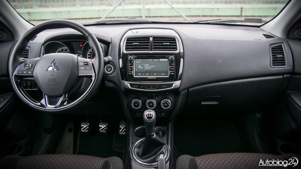 Mitsubishi ASX 2017 - proste wnętrze