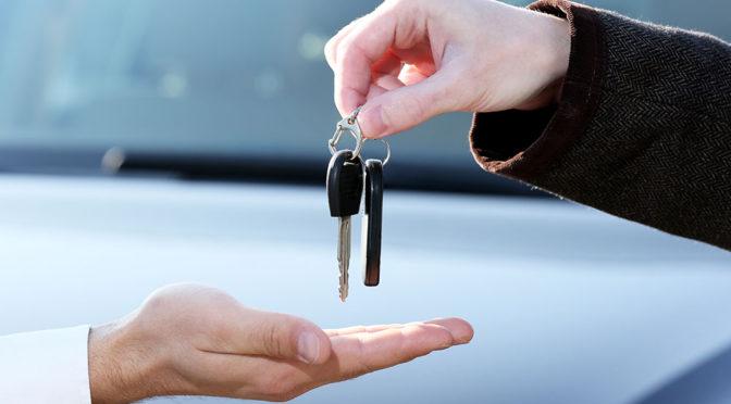 Jaki samochód kupić – mniejszy i lepiej wyposażony, czy większy słabiej?