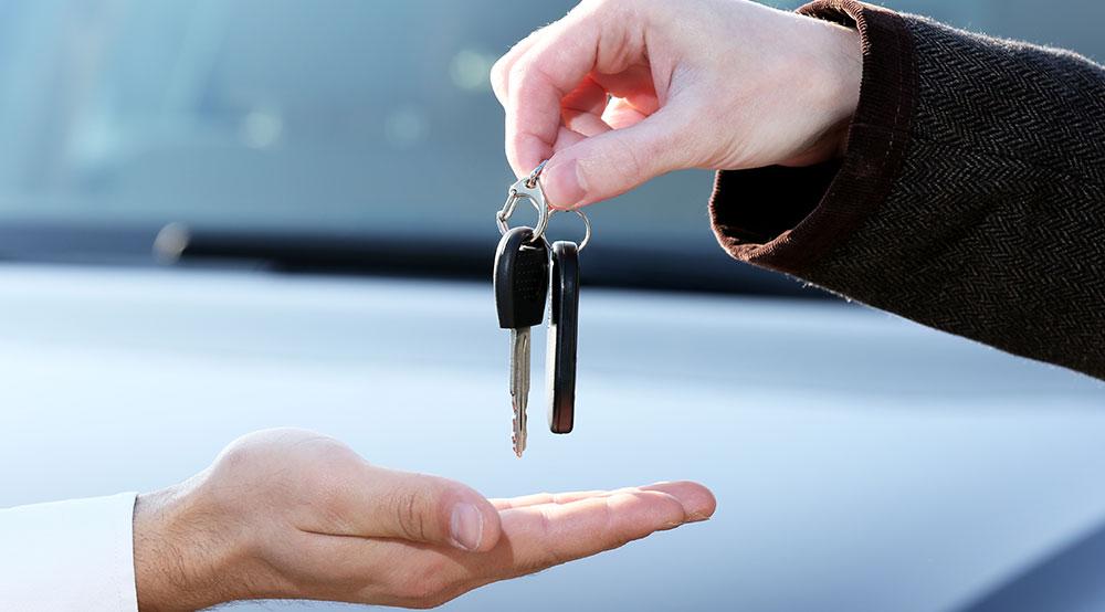 Jaki samochód kupić - mniejszy i lepiej wyposażony, czy większy słabiej?