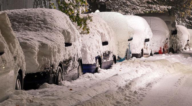 Odśnieżanie samochodu na włączonym silniku - jaki mandat grozi za to i za nieusunięcie śniegu?