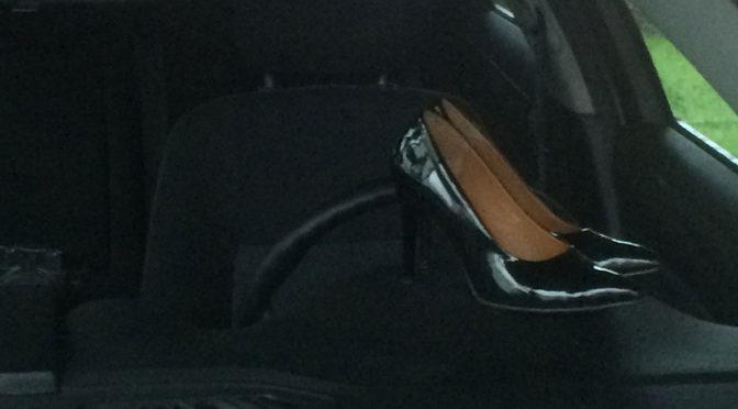 Buty do jazdy samochodem, czyli dlaczego nie warto prowadzić w szpilkach
