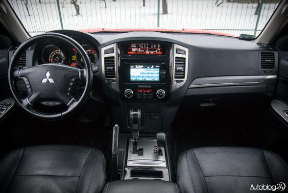 Mitsubishi Pajero - wnętrze - 01