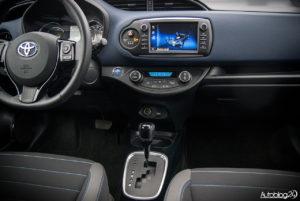 Toyota Yaris Hybrid - wnętrze - 04