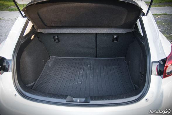 Mazda 3 - wnętrze - 13