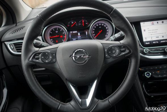 Opel Astra - wnętrze - 02