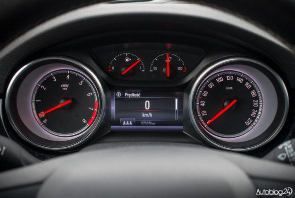 Opel Astra - wnętrze - 03